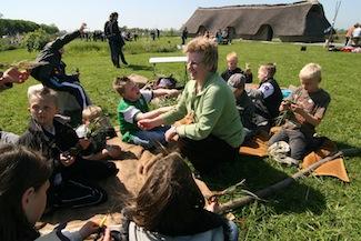 Bronzezeithaus mit Kindern (Foto: Ilona Gradic)